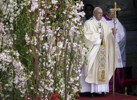 Pope Francis leads the Easter mass in St. Peter's square at the Vatican April 5, 2015. REUTERS/Max Rossi