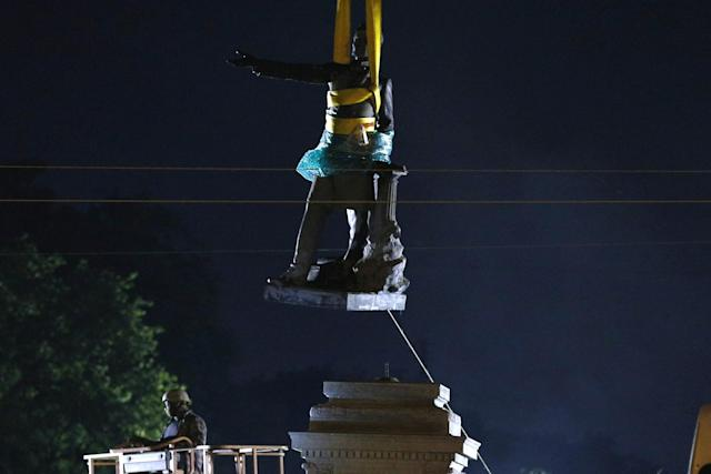 <p>A monument of Jefferson Davis is removed in New Orleans on May 11, 2017. (Photo: Jonathan Bachman/Reuters) </p>