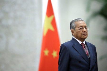 FILE PHOTO: Malaysian Prime Minister Mahathir Mohamad attends a welcome ceremony hosted by China's Premier Li Keqiang at the Great Hall of the People in Beijing, China August 20, 2018. REUTERS/Jason Lee/File Photo