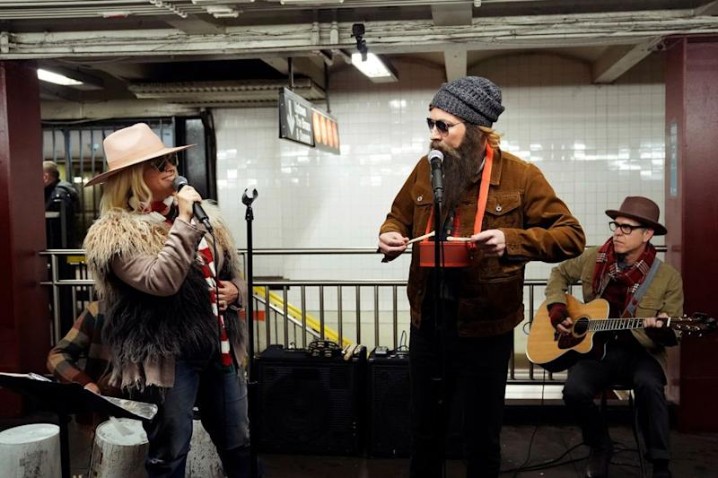 Alanis Morisette busks in NYC subway