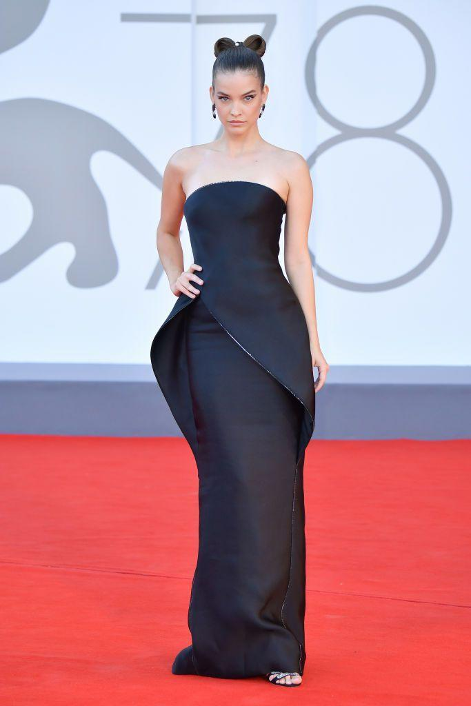 <p>Palvin wore a sculptural dress by Giorgio Armani Privé to the red carpet for 'Madres Paralelas'.</p>