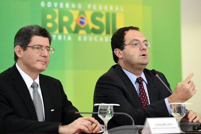 Brazilian Ministers of Finance Joaquim Levy (L) and of Planning Nelson Barbosa hold a press conference at the Planalto Palace in Brasilia on September 14, 2015 (AFP Photo/Evaristo Sa)