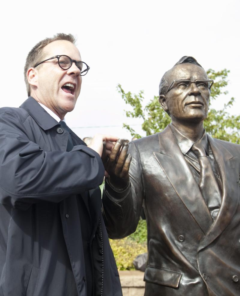 Kiefer Sutherland poses with a statue of his grandfather Tommy Douglas in 2010, (Photo: AP Photo/The Canadian Press, Troy Fleece)