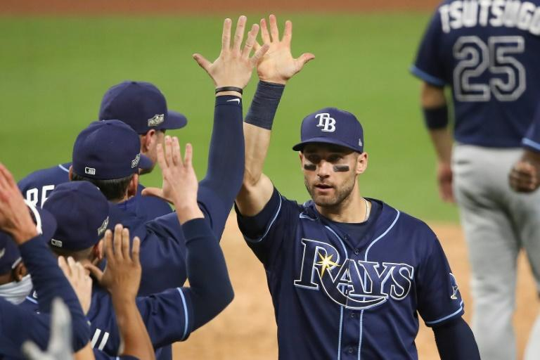 Rays overpower Yankees, Dodgers hold on to beat Padres