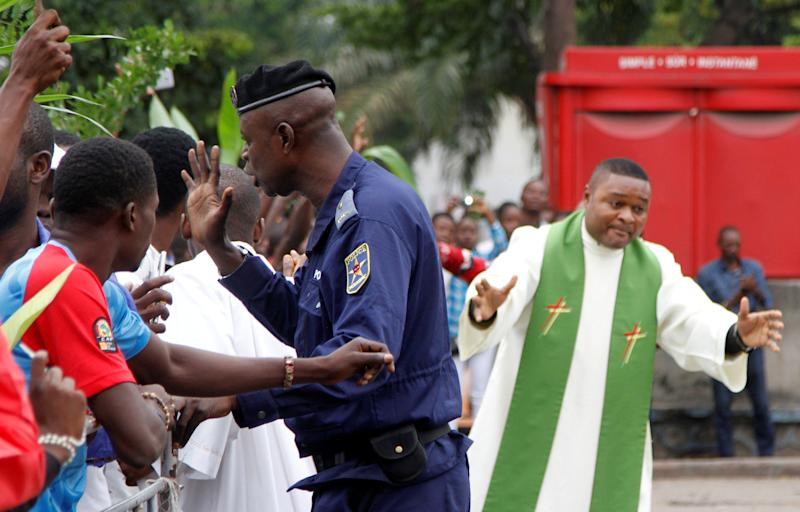 Riot policemen attempt to block a Catholic priest and demonstrators during a protest against President Joseph Kabila, organized by the Catholic church in Kinshasa, Democratic Republic of Congo January 21, 2018. REUTERS/Kenny Katombe