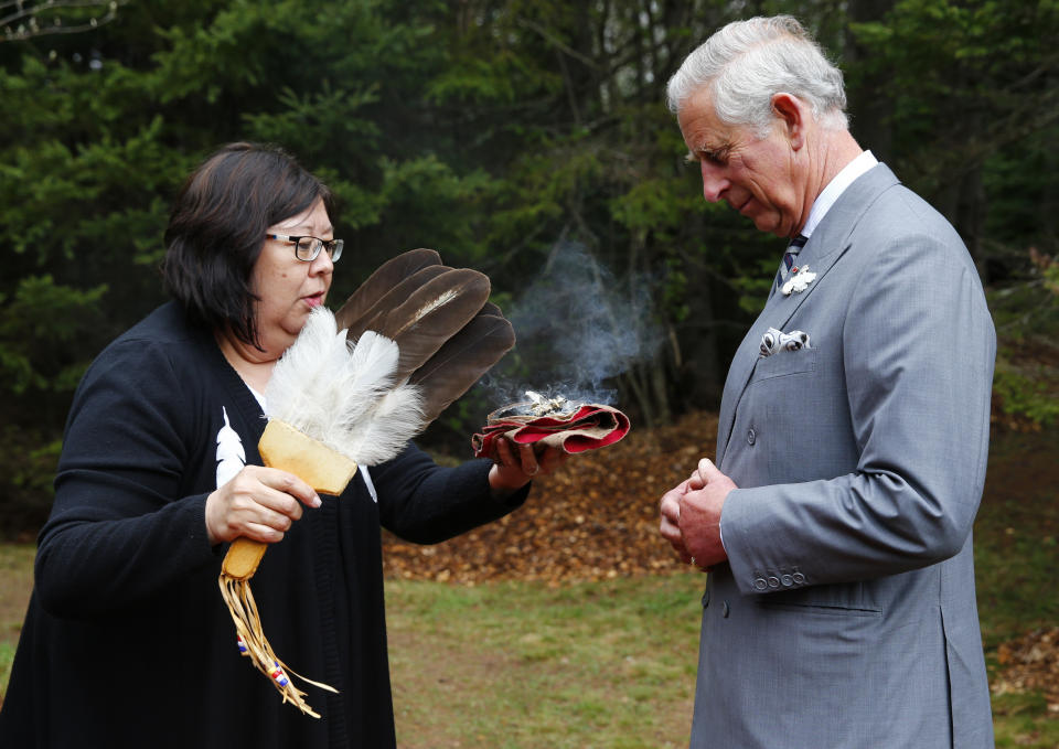 Britain's Prince Charles takes part in a native blessing by Mi'kmaq Indians in Bonshaw Park, Prince Edward Island, May 20, 2014.  The royal couple are on a four-day visit to Canada that began in Halifax and includes stops in Pictou, Nova Scotia, the Prince Edward Island towns of Charlottetown, Bonshaw and Cornwall and concludes in Winnipeg. REUTERS/Mark Blinch (CANADA  - Tags: ROYALS SOCIETY ENTERTAINMENT)