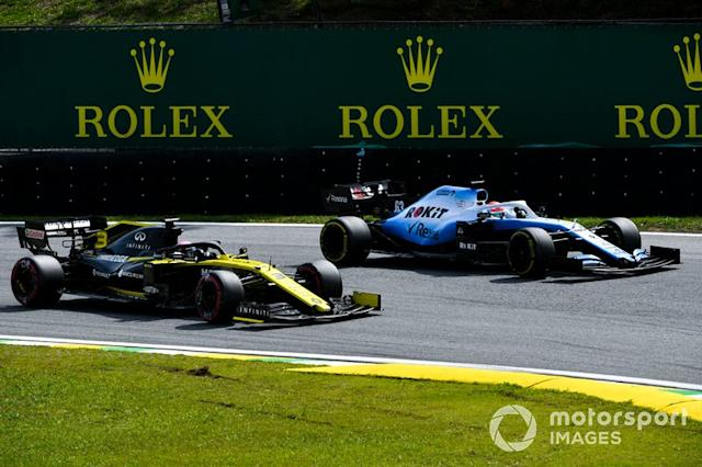 "Daniel Ricciardo, Renault F1 Team R.S.19 lotta con George Russell, Williams Racing FW42 <span class=""copyright"">Mark Sutton / Motorsport Images</span>"