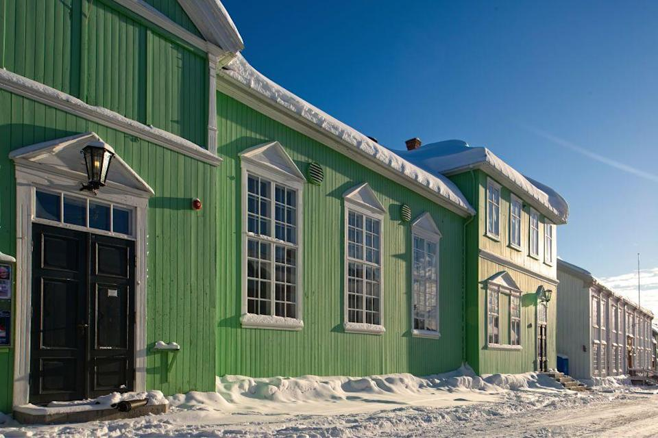 <p>A grass-green exterior brings some warmth to snowy Norway.</p>