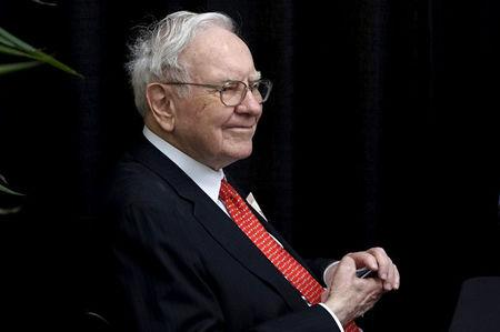 FILE PHOTO:    Berkshire Hathaway CEO Warren Buffett plays bridge during the Berkshire annual meeting weekend in Omaha, Nebraska