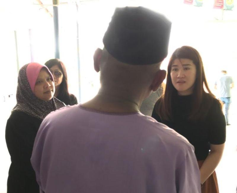 Vivian Wong (right) and SAGA manager Zarina Yahya speak to Amir. — Picture courtesy of The Malaysian AIDS Foundation