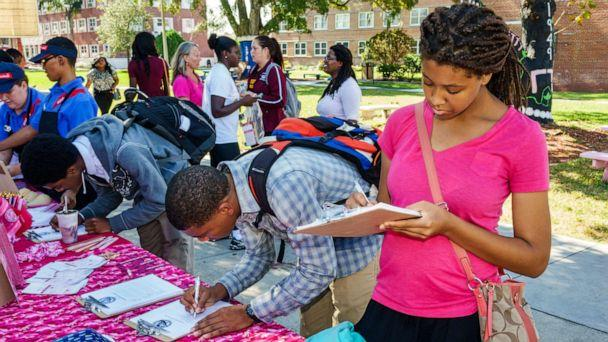 PHOTO: Students sign up for Breast Cancer Awareness Week at Bethune-Cookman University in Daytona Beach, Fla., Oct. 22, 2014. (UIG via Getty Images, FILE)