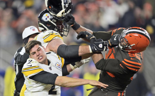 "Myles Garrett of the <a class=""link rapid-noclick-resp"" href=""/nfl/teams/cleveland/"" data-ylk=""slk:Browns"">Browns</a> swings his helmet at <a class=""link rapid-noclick-resp"" href=""/nfl/teams/pittsburgh/"" data-ylk=""slk:Steelers"">Steelers</a> QB <a class=""link rapid-noclick-resp"" href=""/nfl/players/31046/"" data-ylk=""slk:Mason Rudolph"">Mason Rudolph</a>. (AP Photo/David Richard)"
