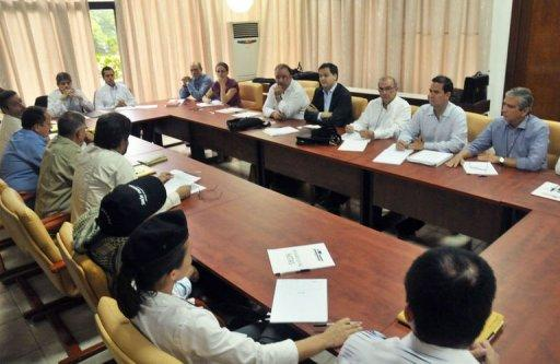 The Colombian government delegation (R) and FARC's delegation (L) meet in Havana
