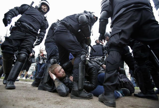 <p>Russian police detain protesters at a demonstration against President Vladimir Putin in St. Petersburg, Russia, Saturday, May 5, 2018. Russians angered by the impending inauguration of Vladimir Putin to a new term as the country's president demonstrated throughout the country on Saturday. Police arrested hundreds, including protest organizer Alexei Navalny, the anti-corruption campaigner who is Putin's most prominent foe. (Photo: Dmitri Lovetsky/AP) </p>