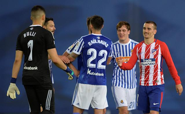 Soccer Football - La Liga Santander - Real Sociedad vs Atletico Madrid - Anoeta Stadium, San Sebastian, Spain - April 19, 2018 Atletico Madrid's Antoine Griezmann with Real Sociedad's Geronimo Rulli and Raul Navas after the match REUTERS/Vincent West