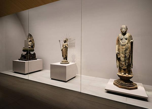 On the right is the important cultural property Miroku-bosatsu-ritsuzou statue.