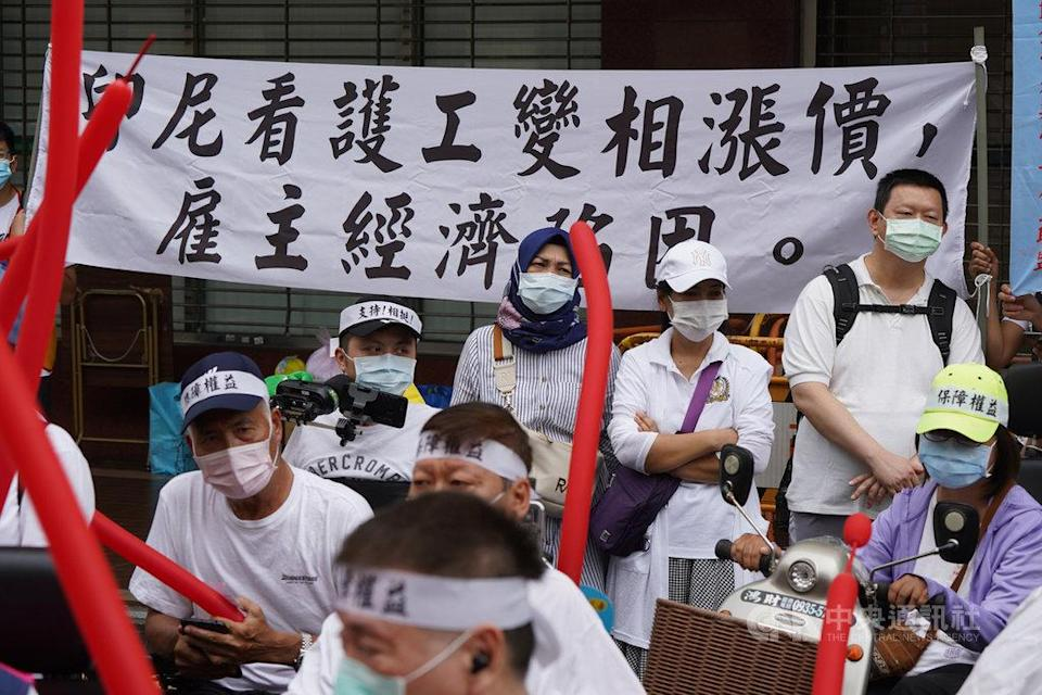 <p>On thursday, The spinal cord injury association (中華民國脊髓損傷者聯合會) led nearly 100 disabled employers to protest against the new policy in front of The Ministry of Labor (勞動部), demanding the government to toughen up on the issue and negotiate with Indonesia officials. (photo courtesy/ CNA)</p>
