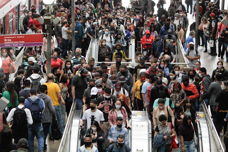 Intense movement of passengers, wearing face protection masks at Luz station, central region of the city of São Paulo, Brazi, on 31st August, 2020. The state of São Paulo is close to the mark of 30 thousand deaths due to the new coronavirus , according to data released by the State Department of Health. In all, the state records 29,978 reported deaths, an increase of 34 deaths compared to the last bulletin. August 31, 2020. (Photo by Fabio Vieira/FotoRua/NurPhoto via Getty Images)