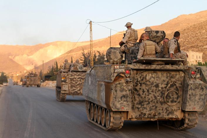 Lebanese troops arrive at the town of Arsal in the Bekaa valley by the Syrian border on August 2, 2014 (AFP Photo/)
