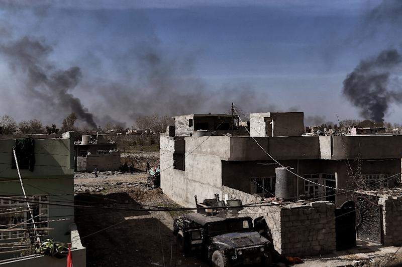 Smoke billowin over Mosul while Iraqi forces fight jihadists as they advance in the city on February 26, 2017 (AFP Photo/ARIS MESSINIS)