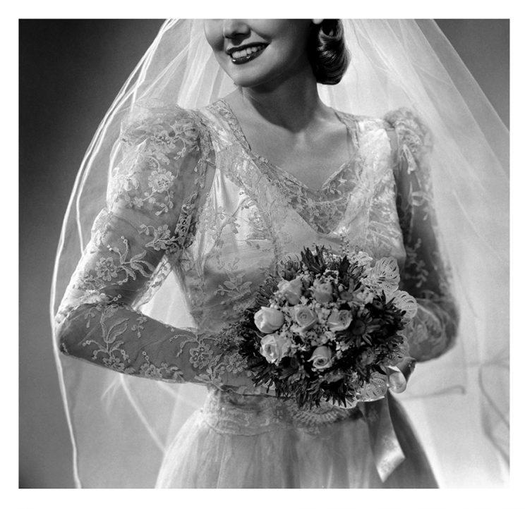 Daughter Jane Fine Foster found her mom's wedding dress and photos from 1948 in an antique shop. (Photo: Getty images)