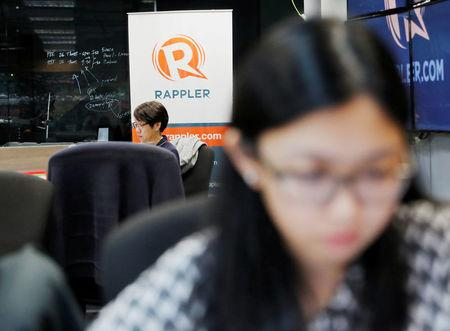 FILE PHOTO: Journalists work at the office of Rappler in Pasig, Metro Manila, Philippines January 15, 2018.   REUTERS/Dondi Tawatao/File Photo