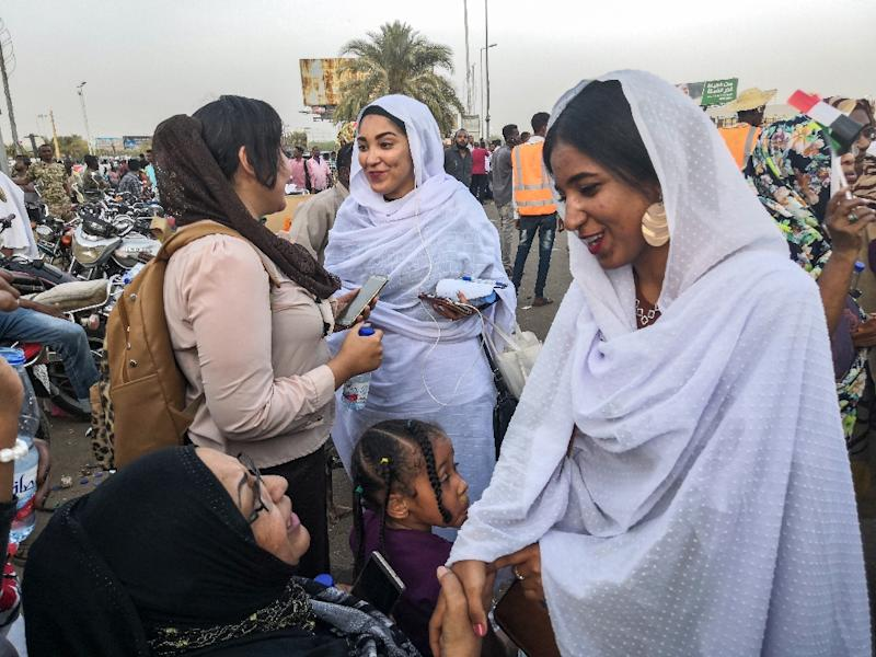 """Dubbed """"Kandaka"""", or Nubian queen, Alaa Salah has quickly become an icon of Sudan's protest movement (AFP Photo/-)"""