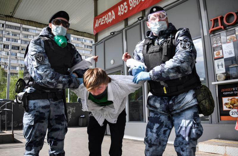 A man is detained in Moscow outside a shop for disobeying orders amid the coronavirus pandemic. Source: Getty