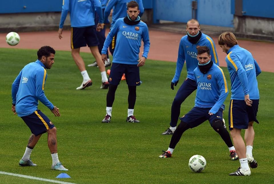 Barcelona forward Lionel Messi (2nd R) works out with his teammates during their training session at the Club World Cup football tournament in Yokohama on December 15, 2015 (AFP Photo/Toshifumi Kitamura)