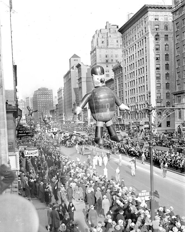 <p>A soldier is marching straight at the Macy's Thanksgiving Day Parade in 1932. (Photo: New York Daily News Archive via Getty Images) </p>