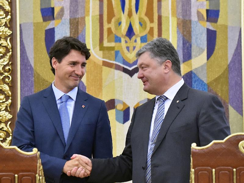 Ukraine's Petro Poroshenko (right) and Canada's Justin Trudeau shake hands after their meeting in Kiev, on June 11, 2016 (AFP Photo/Sergei Supinsky)