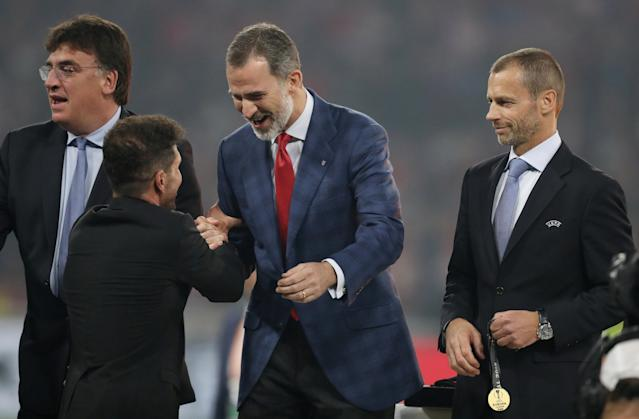 Soccer Football - Europa League Final - Olympique de Marseille vs Atletico Madrid - Groupama Stadium, Lyon, France - May 16, 2018 Atletico Madrid coach Diego Simeone shakes hands with Spain's King Felipe VI (C) before UEFA President Aleksander Ceferin (R) awards his medal REUTERS/Peter Cziborra