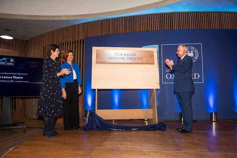 Sultan Nazrin Shah at the official naming ceremony of Blavatnik School of Government's Tun Razak Lecture Theatre in Oxford University.