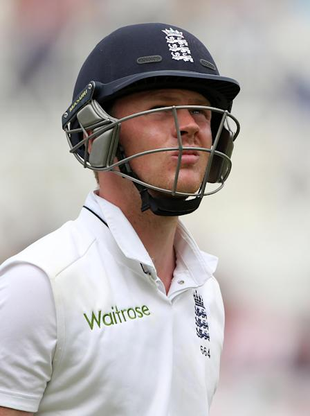 England's Sam Robson leaves the pitch after being dismissed for 59 runs during the third days play in the first cricket Test match between England and India at Trent Bridge in Nottingham, central England on July 11, 2014 (AFP Photo/Andrew Yates)