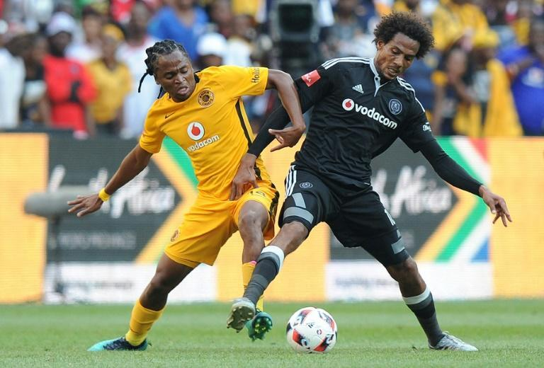 Siphiwe Tshabalala (L) playing for Kaizer Chiefs in a Soweto derby against Orlando Pirates.