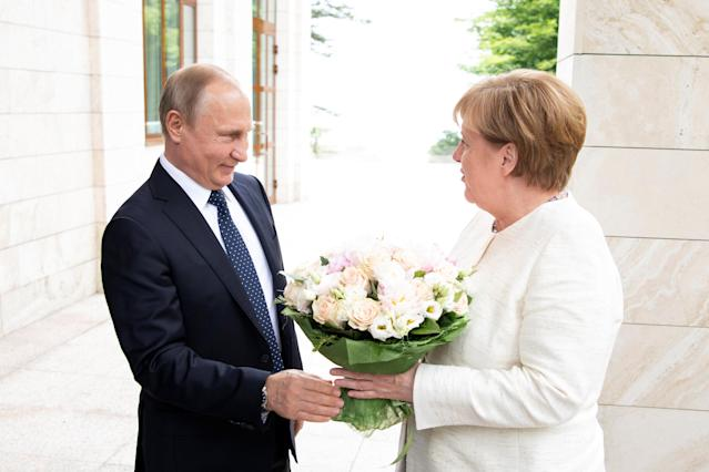 Russian President Vladimir Putin welcomes German Chancellor Angela Merkel in Sochi, Russia, May 18, 2018. Bundesregierung/Guido Bergmann/Handout via REUTERS ATTENTION EDITORS - THIS PICTURE WAS PROVIDED BY A THIRD PARTY. NO RESALES. NO ARCHIVE.