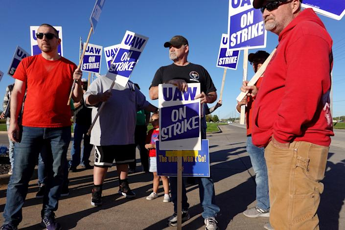 Image: John Deere workers strike for a contract (Scott Olson / Getty Images)