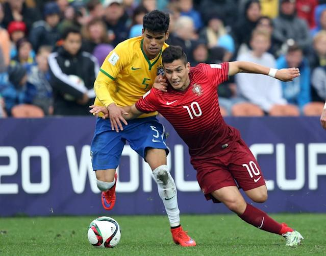 Brazil's Danilo fights for the ball with Portugal's Rony Lopes (right) during a penalty shootout in the FIFA Under-20 World Cup quarter-final match between Brazil and Portugal in Hamilton on June 14, 2015 (AFP Photo/Michael Bradley)
