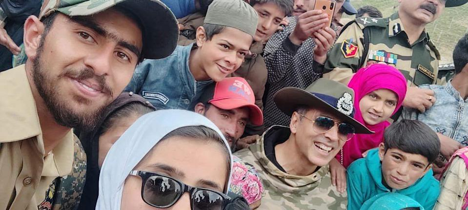 """<div class=""""paragraphs""""><p>Akshay clicks a photo with the jawans and their families. </p></div>"""