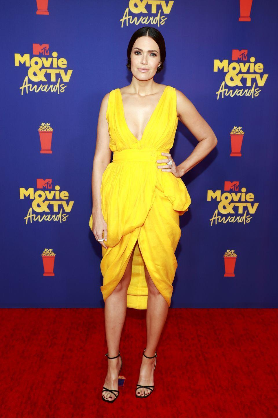 <p>American actress Mandy Moore made an entrance in a summery yellow frock, which was designed by Altuzarra.</p>