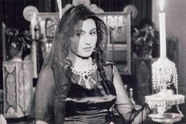 <p>She was born Mumtaz Jehan Begum Dehlavi, on 14 February 1933 in Delhi, India. Her family had seen abject poverty and hardships. Madhubala had three sisters and two brothers. The dock explosion and fire of 14 April 1944 wiped out their small home in Delhi. </p>