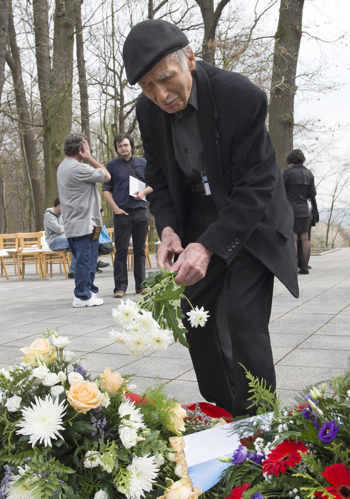 <p>Nazi concentration camp survivor Pierre Berg of France lays down flowers during the commemoration ceremonies for the 72th anniversary of the liberation of former Nazi concentration camp Mittelbau-Dora near Nordhausen, central Germany, Monday, April 10, 2017. (Photo: Jens Meyer/AP) </p>