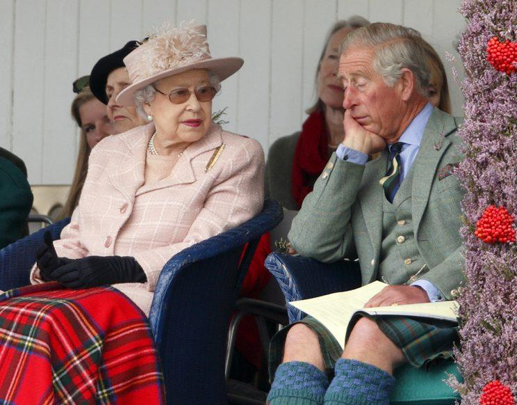 Prinz Charles und die Queen bei den Braemar Highland Games 2013 (Getty Images)