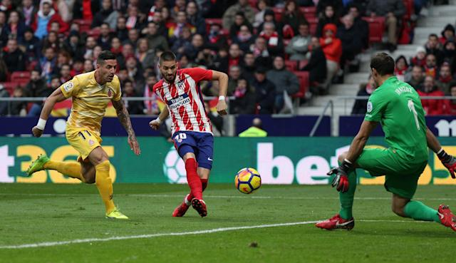 Soccer Football - La Liga Santander - Atletico Madrid vs Girona - Wanda Metropolitano, Madrid, Spain - January 20, 2018 Atletico Madrid's Yannick Carrasco in action with Girona's Yassine Bounou REUTERS/Sergio Perez