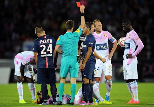 Paris Saint-Germain's French midfielder Yohan Cabaye (3rd R) receives a red card during the French L1 football match between Evian Thonon Gaillard and Paris Saint-Germain on August 22, 2014 in Annecy, France (AFP Photo/Jean-Pierre Clatot)