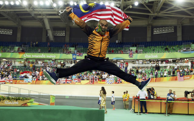 <p>Azizul Hasni Awang of Malaysia celebrates with his bronze medal for men's keirin cycling on August 16, 2016. (REUTERS/Matthew Childs) </p>