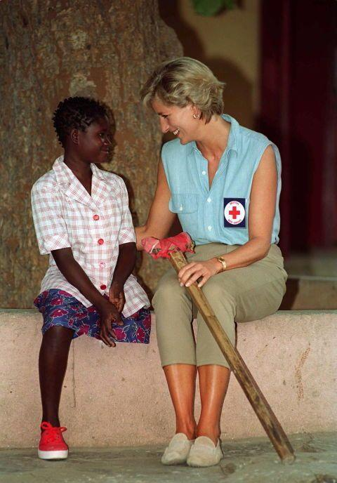<p>Diana's love for humanitarian work took her to Neves Bendinha Orthopaedic workshop in 1997, where she met 13-year-old Sandra Thijika who lost her leg to a mine. </p>