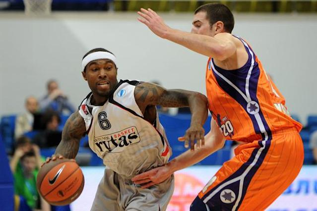 Valencia's Nando De Colo (R) vies with Vilnius Lietuvos Rytas' Tyrese Rice during an Eurocup semi-final basketball match between Valencia and Lietuvos Rytas in Khimki, outside Moscow, on April 14, 2012. AFP PHOTO / KIRILL KUDRYAVTSEV