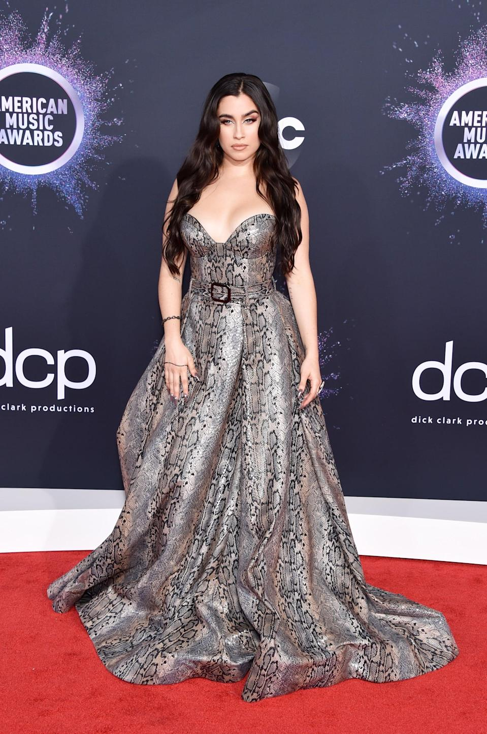 <p>The singer's dress had a belt detail that complemented her waist.</p>