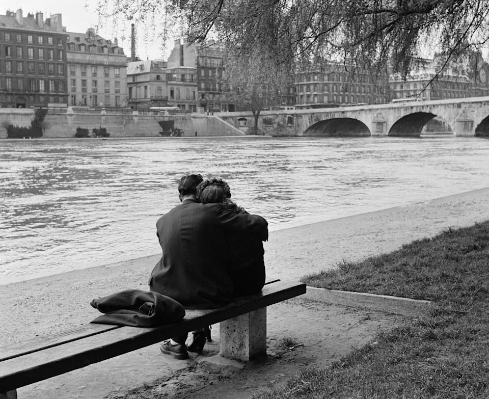 A courting couple on the bank of the Seine.